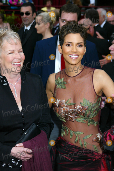 Halle Berry Photo - Photo by Russ EinhornSTAR MAX Inc 200232402Halle Berry and her mother at the Oscars(CA)