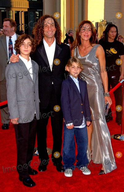 Kenny G Photo - American Music Awards Arrivals at the Shrine Auditorium in Los Angeles California 111404 Photo by Fitzroy BarrettGlobe Photos Inc 2004 Kenny G and Family