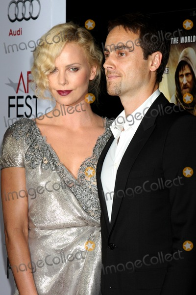 Stuart Townsend Photo - Charlize Theron  Stuart Townsendarriving at  The Road Gala Screening at AFI FestGraumans Chinese TheaterHollywood  CANovember 4 2009