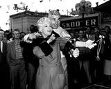 Kim Novak Photo - Kim Novak and Jeff Chandler During the Location Filming of Jean Eagels at Long Beach Amusement Park 1957 Supplied by Globe Photos Inc Kimnovakretro